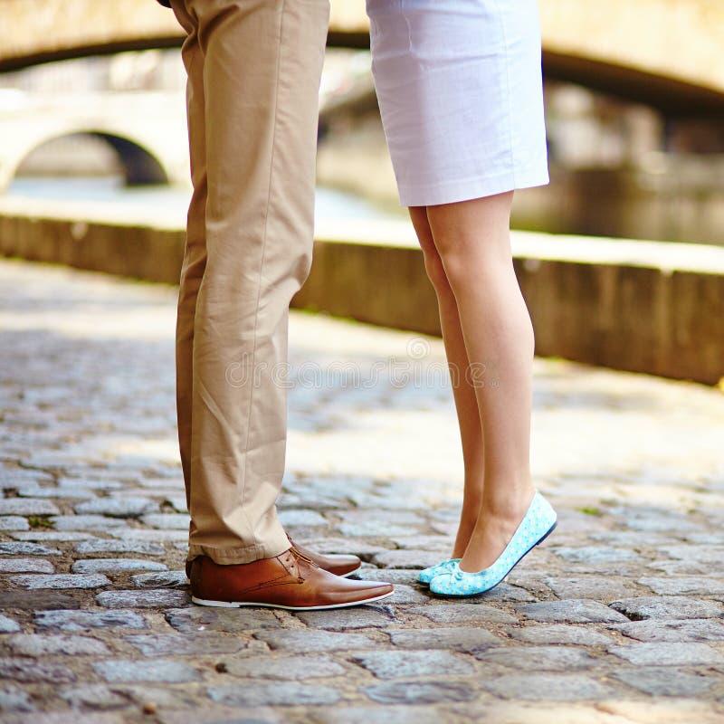 Jambes masculines et femelles pendant une date photo libre de droits