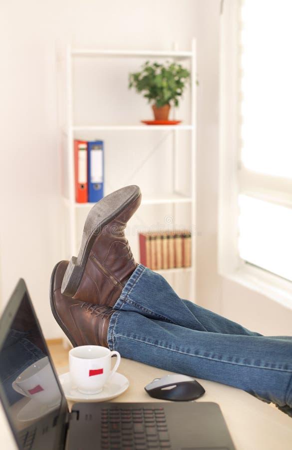 Jambes masculines sur le bureau photos libres de droits