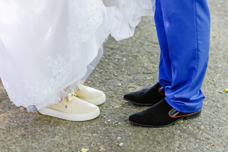 Jambes nuptiales, chaussures de port de marié, les espadrilles de la jeune mariée image libre de droits