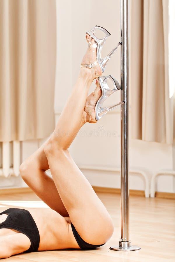 Jambes parfaites de fille mince dans des chaussures de bande sur le poteau photographie stock libre de droits