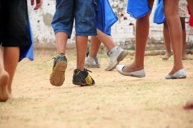 Jambes pauvres d'enfants fonctionnant et jouant images libres de droits