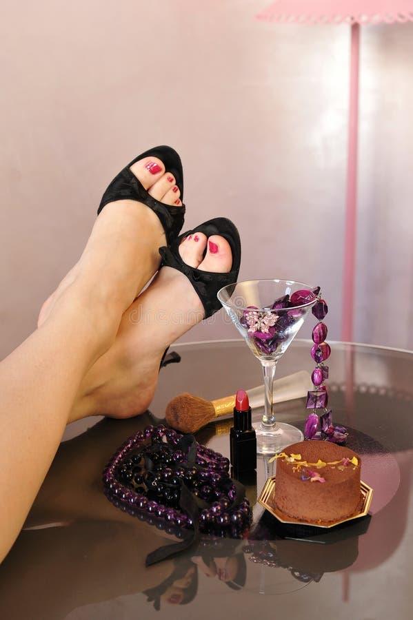 Jambes sexy avec des chaussures de talon haut, bijoux, perles, rouge à lèvres photos libres de droits