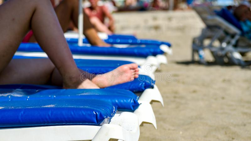 Jambes sur la plage tropicale photos stock