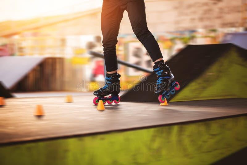 Jambes sur les patins intégrés photos libres de droits