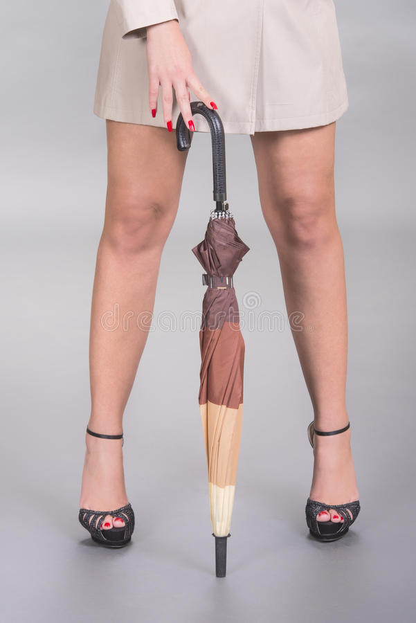 Jambes, talons et parapluie sexy photo stock