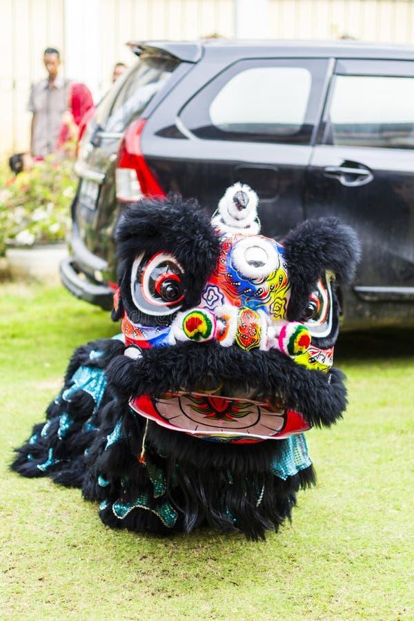 Jambi, Indonésia - 28 de janeiro de 2017: Dança de leão que faz a acrobacia para comemorar o ano novo chinês fotografia de stock