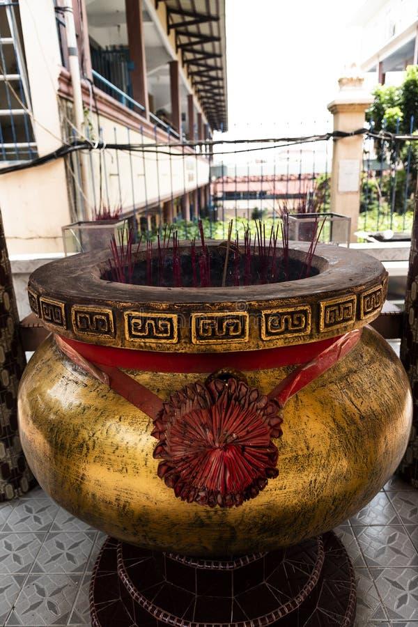 Jambi, Indonésia - 7 de outubro de 2018: Potenciômetro gigante da vara de Joss com a vara vermelha do incenso no templo chinês fotografia de stock