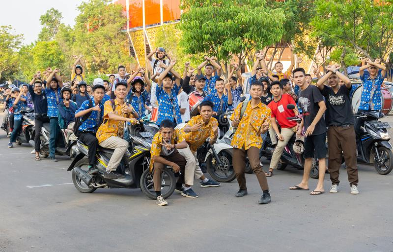Jambi, Indonésia - 5 de setembro de 2019: grupo de estudantes do ensino médio em pé fora foto de stock