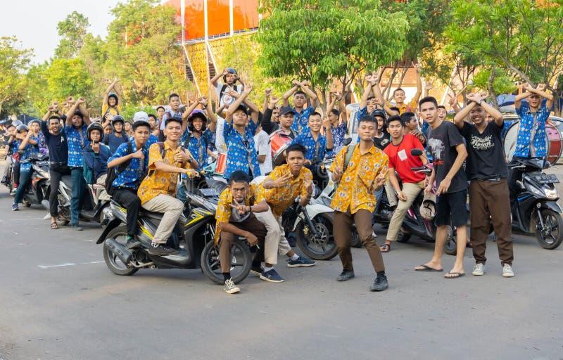 Jambi, Indonésie - 5 septembre 2019 : groupe d'élèves du secondaire debout à l'extérieur photo stock