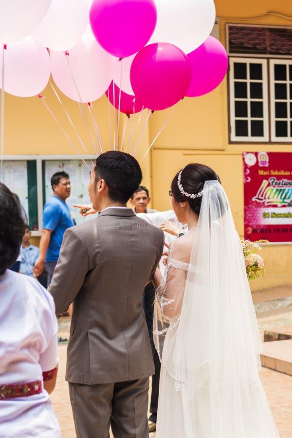 Jambi, Indonesien - 7. Oktober 2018: Chinesische Hochzeitspaare geschossen von der Rückseite bei Vihara Satyakirti stockfotografie