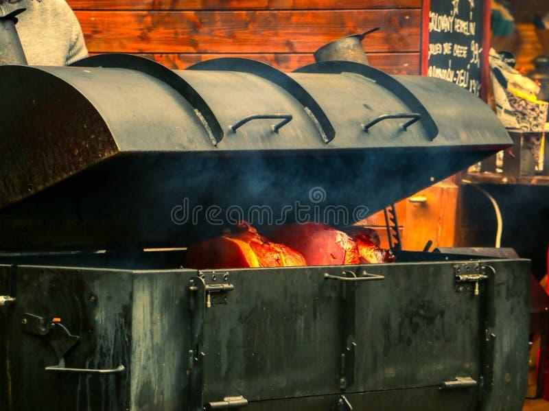 Jambon étant fait cuire en four de fer images libres de droits