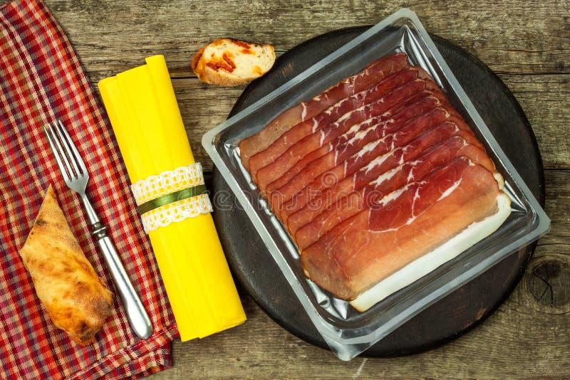 Jambon allemand légèrement coupé en tranches de forêt noire avec du pain coupé en tranches de ciabatta jambon coupé en tranches e photographie stock libre de droits