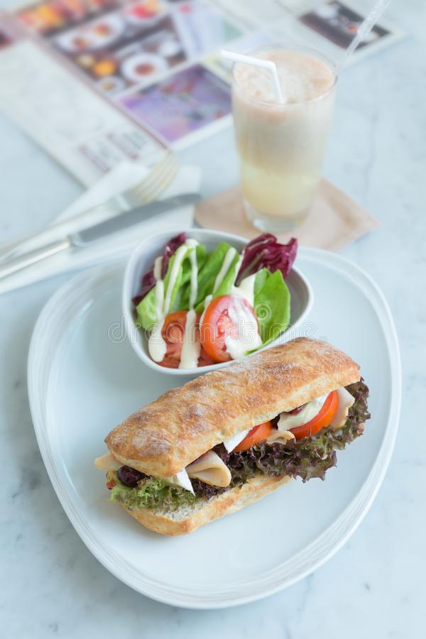 Jambon de poulet de Taosted et fromage de brie dans la ciabatta avec Ballymaloe image stock