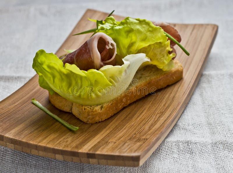 Jambon de Serrano sur le pain grillé de melba image libre de droits