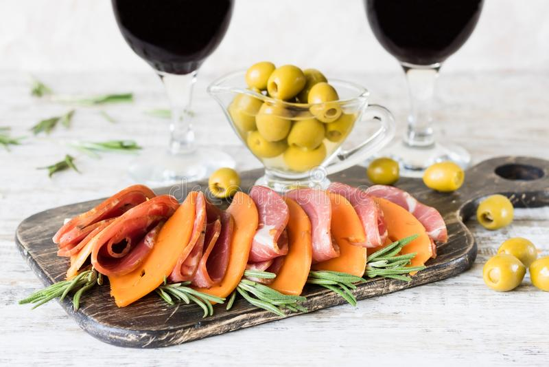 Jambon et fromage de marbre avec des graines de citrouille sur un conseil rustique photo stock