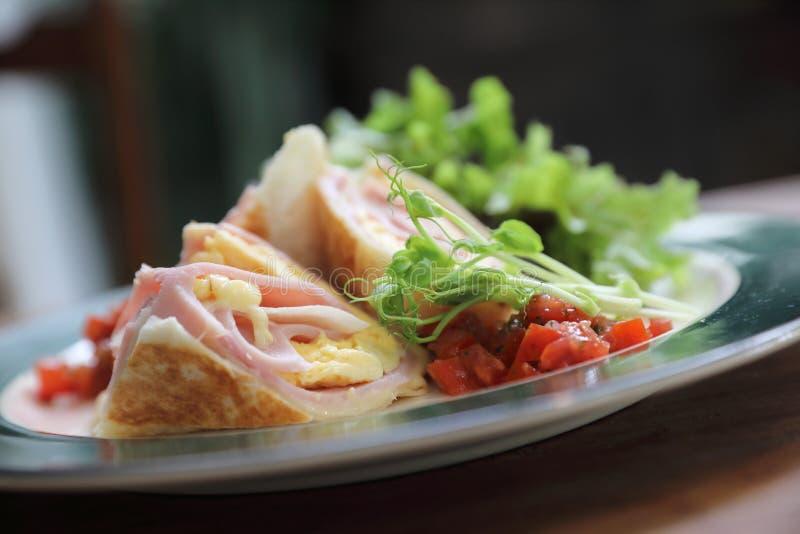 Jambon et oeufs de burrito de petit déjeuner avec le style de cru de salade image libre de droits