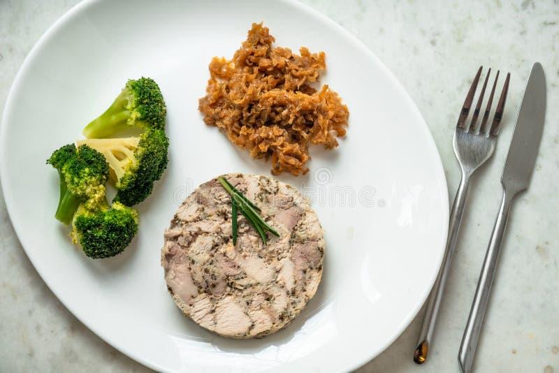 Jambon fait maison de poulet avec le chou et le brocoli brais?s photo stock