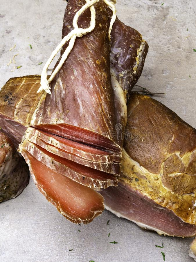 Jambon fumé, corned beef saccadé sur la table avec l'ail, herbes images libres de droits
