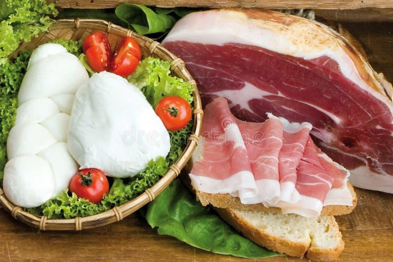 Jambon italien doux, mozzarella de buffle sur la salade, tomates, homema photos libres de droits