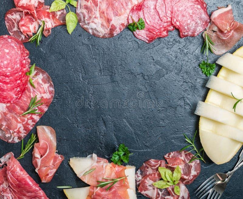 Jambon, prosciutto et salami italiens avec le melon photo stock