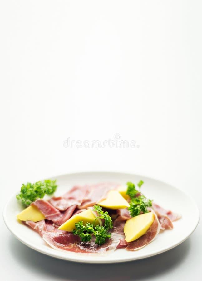 Jambon traité de style de serrano de Parme avec le casse-croûte frais de salade de mangue photographie stock