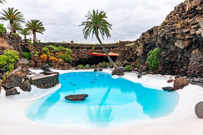 Jameos与水池和五颜六色的树,兰萨罗特岛,加那利群岛,西班牙的del Agua的美好的外部 免版税库存照片