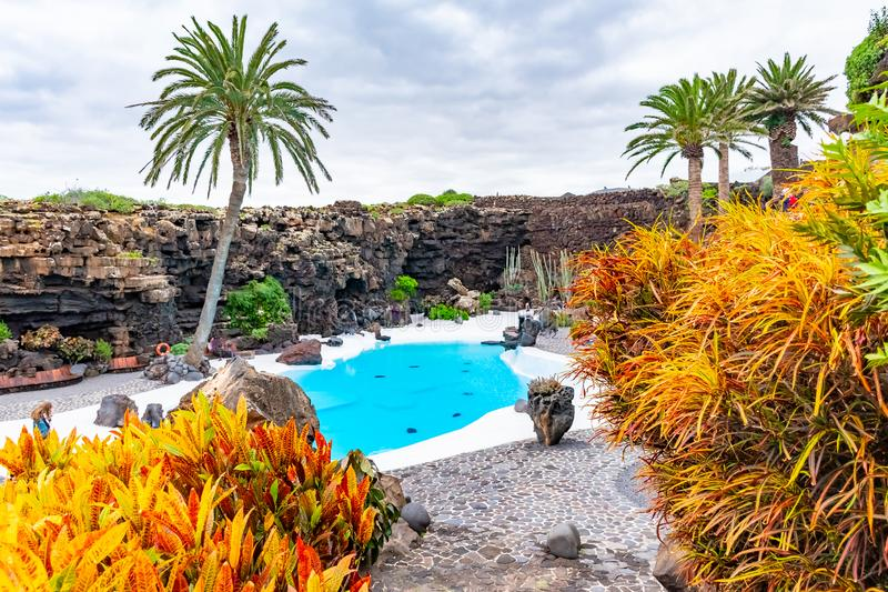 Jameos与水池和五颜六色的树,兰萨罗特岛,加那利群岛,西班牙的del Agua的美好的外部 库存照片