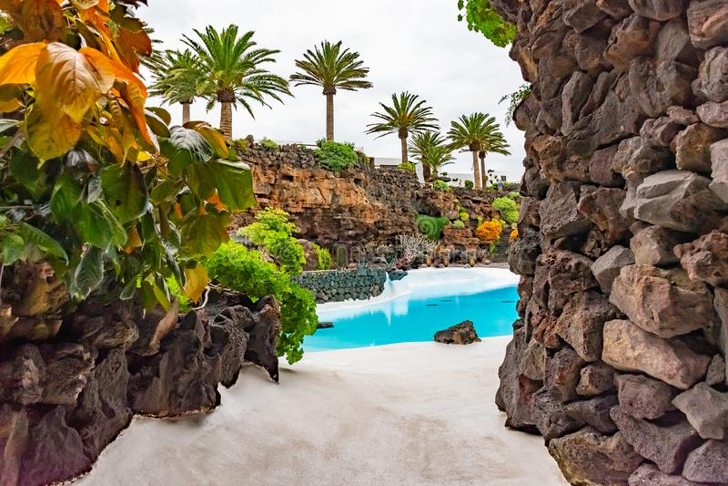 Jameos与水池和五颜六色的树,兰萨罗特岛,加那利群岛,西班牙的del Agua的美好的外部 库存图片