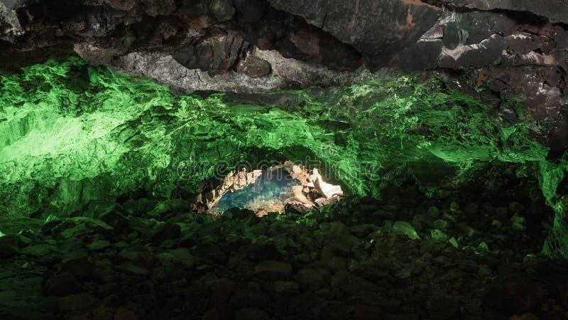 Jameos Del Agua w Lanzarote, jama iluminująca z zielonym światłem i jeziorem wśrodku powulkaniczny początek zdjęcia stock