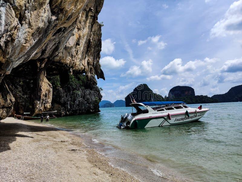 James Bond Island i den Phang Nga fj?rden arkivfoton