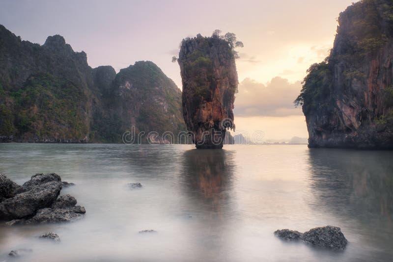 James Bond Island & por do sol fotografia de stock royalty free