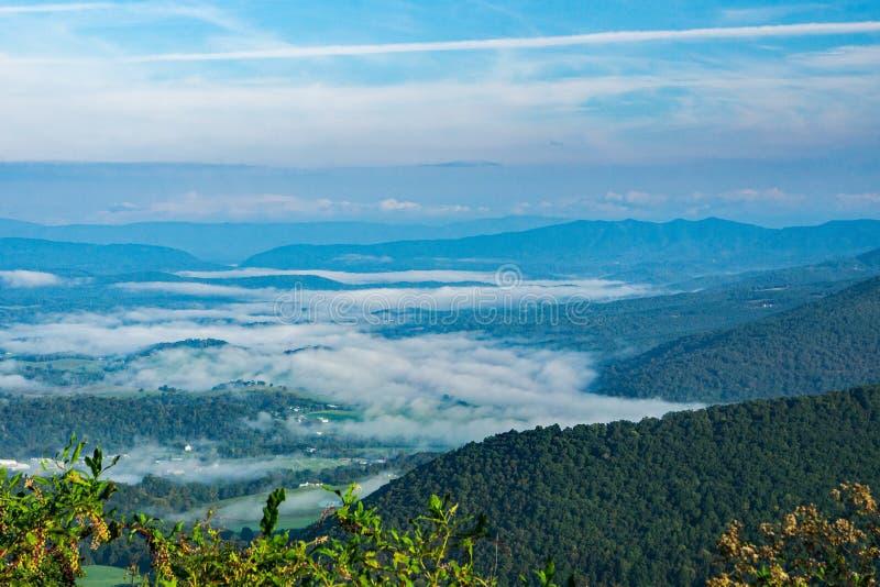 James River z wczesny poranek mgłą - 2 zdjęcia stock