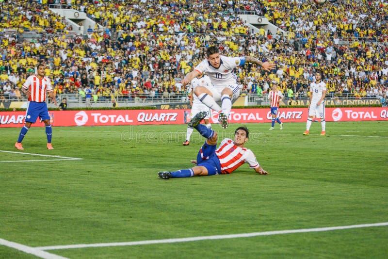 James Rodriguez som hoppar över motståndare under Copa Amerika Centen arkivbild