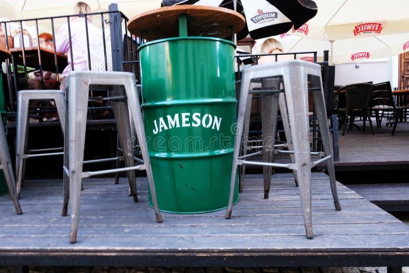 Jameson Irish Whiskey Table an einer Kneipe lizenzfreie stockfotos