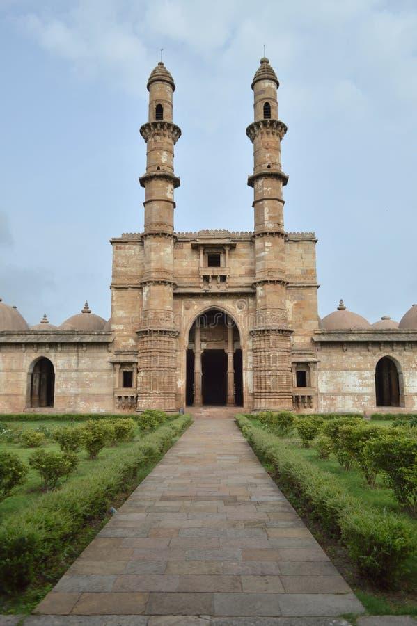 Jami Masjid (mezquita) con la naturaleza en el chapaner, Gujarat fotografía de archivo