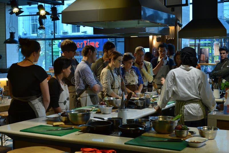 Jamie Oliver för matlagninggrupp restaurang London royaltyfria foton