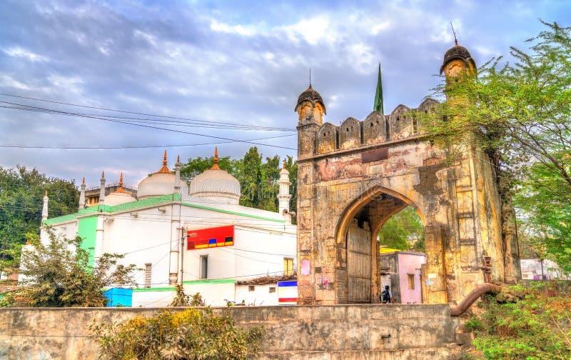 Jamil Baig Masjid Mosque och Mahmud Darwaza Gate i Aurangabad, Indien fotografering för bildbyråer
