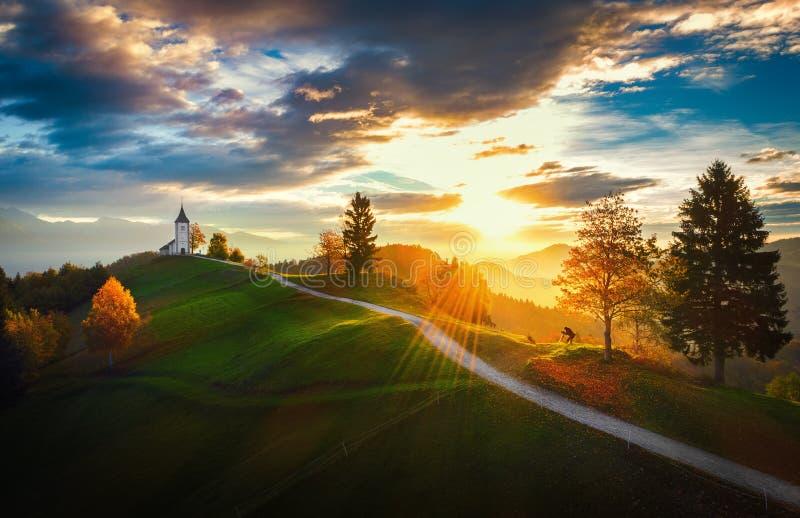 Jamnik, Σλοβενία - εναέρια άποψη πέρα από την εκκλησία του ST Primoz στη Σλοβενία κοντά σε Jamnik με τα όμορφα σύννεφα και τις ιο στοκ εικόνες