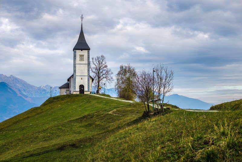 Jamnik, Eslovênia - a igreja bonita de St Primoz em Eslovênia perto de Jamnik imagem de stock
