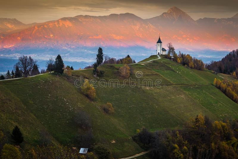 Jamnik, Eslovênia - por do sol dourado bonito na igreja do St Primoz de Jamnik fotos de stock royalty free