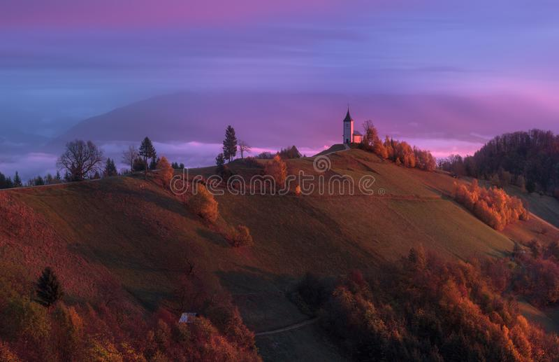Jamnik, Slovenië, Julian Alps Saints Primus en Felicaanse kerk stock foto