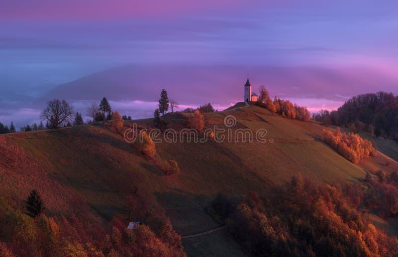 Jamnik, Slovenien, Julian Alps Saints Primus och Felician Church arkivfoto