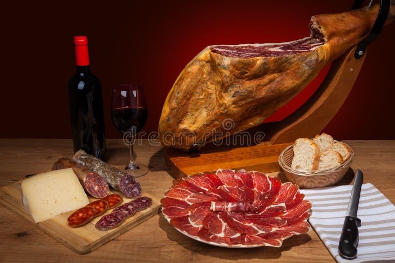 在桌的不同的西班牙embutidos 库存图片