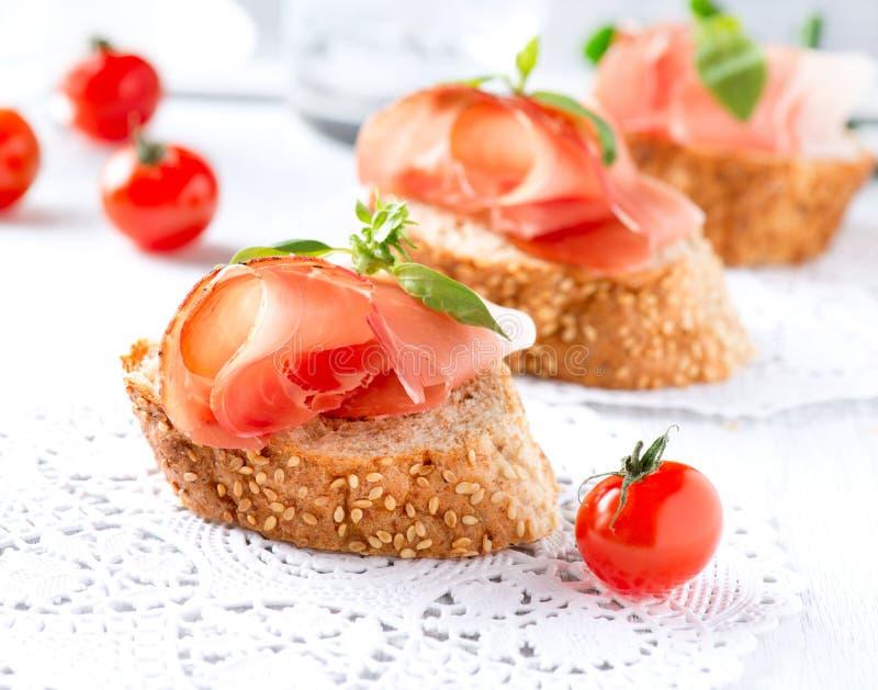Ψωμί με το ισπανικό ζαμπόν Serrano στοκ εικόνες