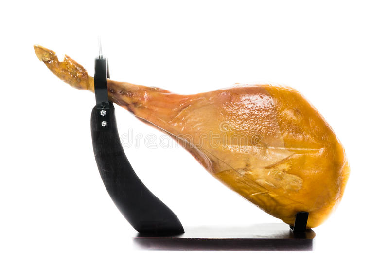 Jamon 火腿在serrano西班牙白色的查出的jamon 在白色背景关闭的西班牙火腿 免版税库存图片