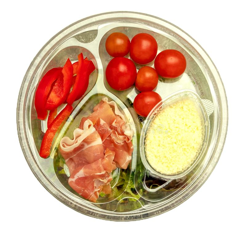 Υγιές γρήγορο φαγητό σε ένα διαφανές εμπορευματοκιβώτιο Φυτική σαλάτα για γρήγορα να μαγειρεψει με τις ντομάτες, τα πιπέρια κουδο στοκ εικόνες