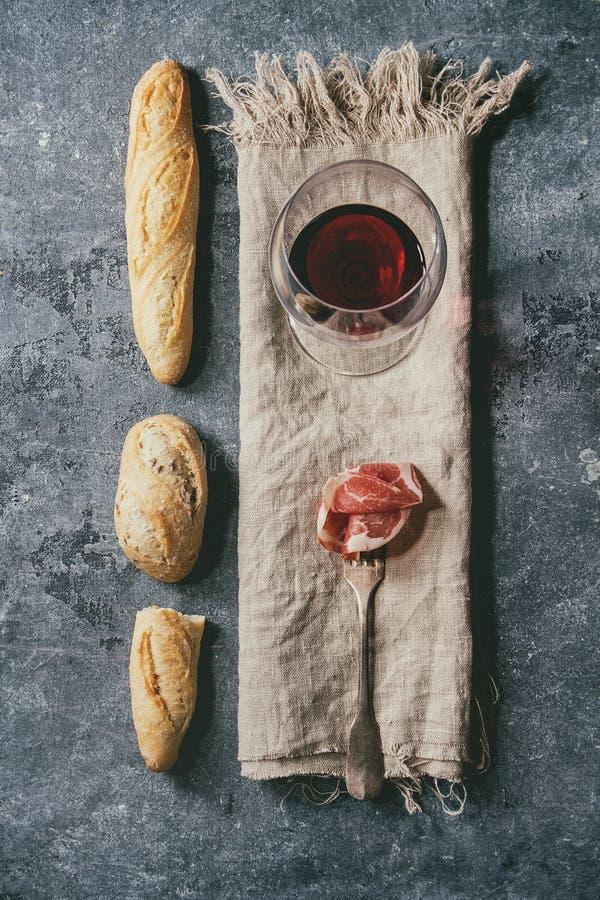 Jamon en wijn stock afbeeldingen