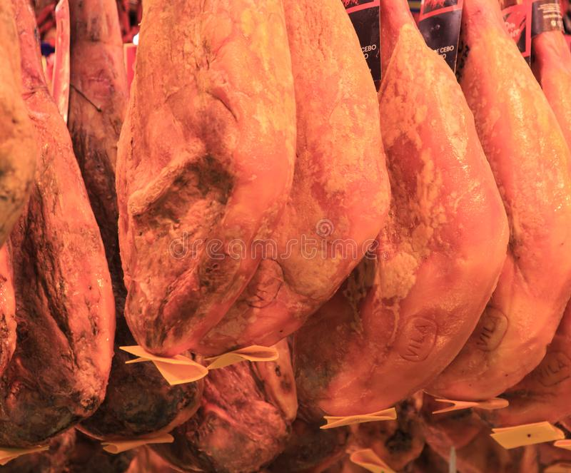 Jamon español en el mercado de Barcelona, iberico del jamon en el cerdo aislado, carne nacional tradicional de la pierna del negr imagen de archivo libre de regalías