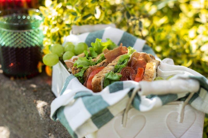 Jamon och grönsaksmörgåsar i en korg arkivbild