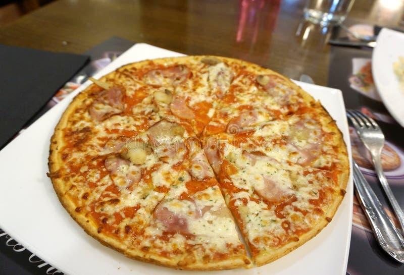 Jamon ostpizza arkivbild